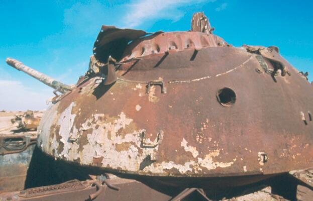 劣化ウラン弾の攻撃で穴が開いた戦車(イラクークエート国境非武装地帯) サウジアラビアに石油を送り
